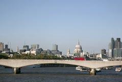 有圣Pauls大教堂教会的,伦敦滑铁卢桥梁 免版税库存图片