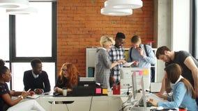 有在不同的同事中的好时光在起始的营业所 影视素材