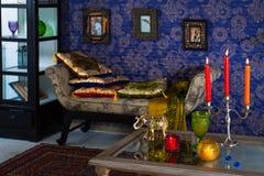 有在东方样式做的坐垫的无背长椅 图库摄影