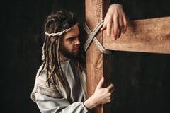 有在十字架上钉死的耶稣基督在黑背景 免版税库存图片
