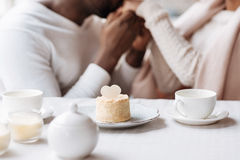 有在咖啡馆的平安的年轻非裔美国人的夫妇票 库存照片