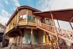有在城市第比利斯历史区域在传统英王乔治一世至三世时期样式修造的木台阶的老房子  库存图片