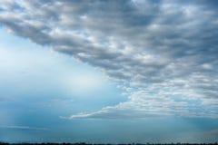 有在天空的一朵黑暗的云彩 免版税库存照片