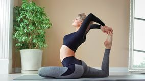 有在家享受pilates锻炼举的腿的完善的灵活的身体的愉快的少女内部 影视素材