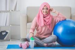 有在家做锻炼的hijab的妇女 免版税库存照片