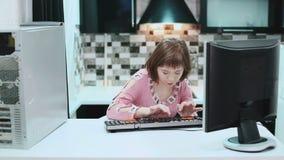 有在家坐在计算机和键入的文本的唐氏综合症的女孩 2017年3月21日世界唐氏综合症天 股票录像