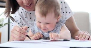 有在家学习小的女儿的母亲 股票视频