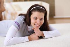 有在家放松的一个女孩在地毯 图库摄影