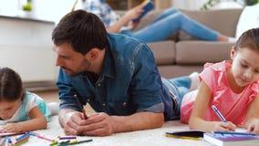 有在家画小的女儿的父亲 股票视频