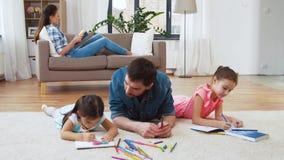 有在家画小的女儿的父亲 股票录像