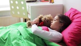 有在家睡觉的玩具熊的小女孩 股票视频