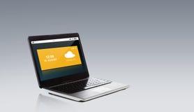 有在屏幕上熔铸的天气的便携式计算机 库存照片
