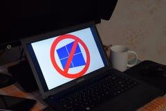 有在屏幕显示的操作系统的商标的膝上型计算机Windows 10上 图库摄影