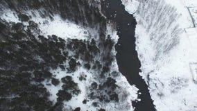 有在山脉的一次美好的冬天空中飞行 风景是惊人的 雪的一个森林在 影视素材