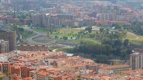有在底层许多大厦的大城市绿色山,毕尔巴鄂,鸟瞰图 股票视频