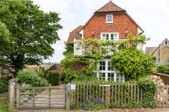 有在拉伊看见的绿色庭院的美丽的房子,肯特,英国 免版税库存图片