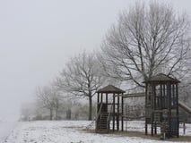 有在木头结霜的白色霜露水的操场在一个冷的周末期间 库存照片