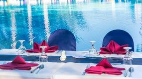 有在海蓝色水池旁边的特别菜单 图库摄影