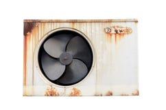 有在白色后面隔绝的铁锈的老空调压缩机 免版税库存照片
