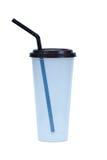 有在白色和秸杆的咖啡塑料杯子隔绝的盖子 免版税库存图片
