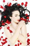 有在白色查出的玫瑰的美丽的裸体妇女 库存照片