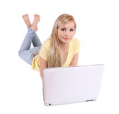 有在白色查出的膝上型计算机的美丽的女孩 免版税库存图片