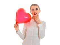 年轻有在白色背景在手摆在隔绝的红色心脏的秀丽深色的夫人 背景蓝色框概念概念性日礼品重点查出珠宝信函生活纤管红色仍然被塑造的华伦泰 库存图片