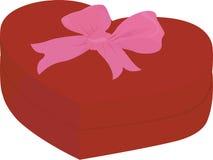 有在白色背景桃红色弓隔绝的盖帽的红色心脏形状箱子 图库摄影