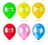 有在白色背景隔绝的新年快乐文本的五颜六色的气球 党装饰 免版税图库摄影