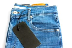 有在白色背景隔绝的空白的黑标签标记的蓝色牛仔裤 库存图片