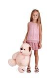 有在白色背景隔绝的长毛绒玩具的小女孩 与玩具熊的聪明的孩子 童年概念 复制空间 库存照片