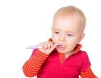 有在白色背景隔绝的牙刷的小女婴 免版税库存图片