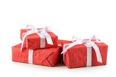 有在白色背景隔绝的白色弓的礼物盒 免版税图库摄影