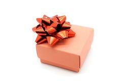有在白色背景隔绝的红色丝带弓的礼物盒 库存图片
