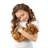 有在白色背景隔绝的红色小狗的小女孩 孩子宠物友谊 库存照片