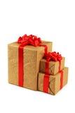 有在白色背景隔绝的红色弓的礼物盒 免版税库存照片