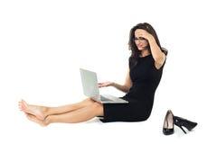 有在白色背景隔绝的膝上型计算机的女实业家 库存图片