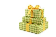 有在白色背景隔绝的金黄弓的礼物盒 免版税库存照片