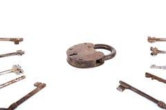 有在白色背景隔绝的钥匙的收藏的古老生锈的挂锁 免版税库存照片