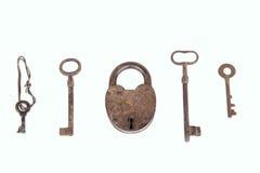 有在白色背景隔绝的钥匙的收藏的古老生锈的挂锁 免版税库存图片