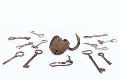 有在白色背景隔绝的钥匙的收藏的古老生锈的挂锁 库存照片