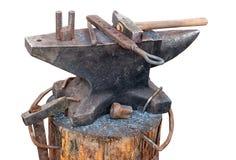 有铁匠工具的老铁砧 免版税图库摄影