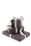 有在白色背景隔绝的银色弓的礼物盒 免版税库存图片