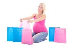 有在白色背景隔绝的购物袋的孕妇 库存图片