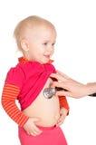 有在白色背景隔绝的phonendoscope的女婴 库存照片