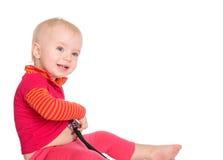 有在白色背景隔绝的phonendoscope的女婴 免版税库存图片