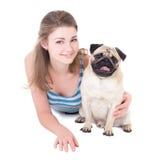 有在白色隔绝的哈巴狗狗的年轻美丽的妇女 免版税库存图片