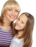 有在白色隔绝的她愉快的妈妈的小女孩 免版税库存图片