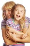 有在白色隔绝的她愉快的妈妈的小女孩 库存照片