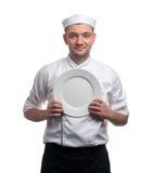 有在白色隔绝的板材的男性厨师 免版税库存图片